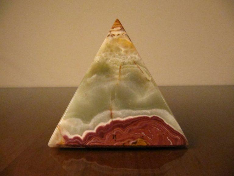 Пирамида от Мраморен Оникс, 7,5 см.